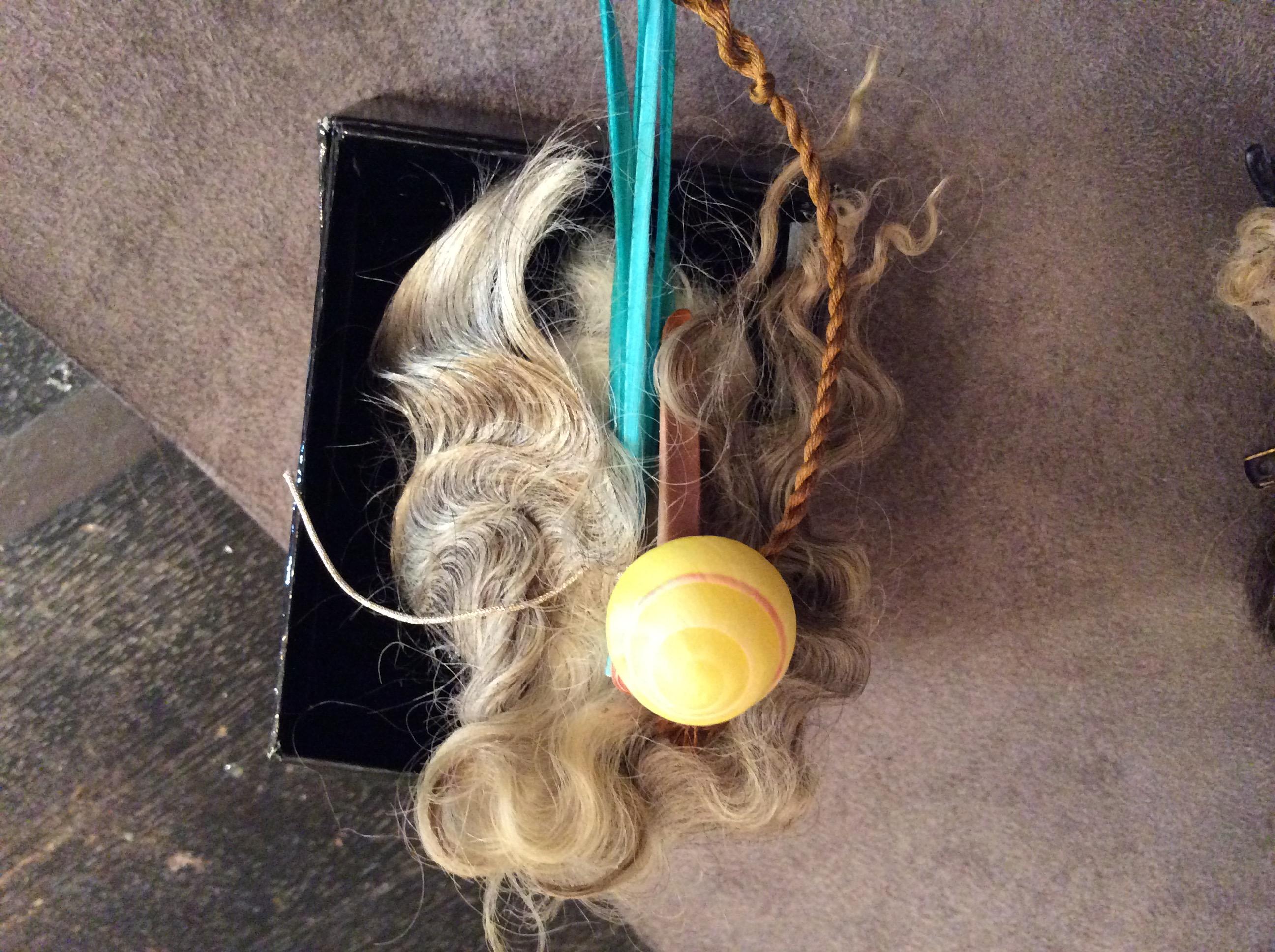 羊毛、羽根、貝を合わたブローチ