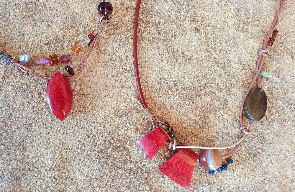 紅葉の色を乗せたコーデ、ルビー・スポンジサンゴのネックレス