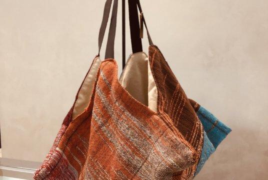 手織りのバッグ